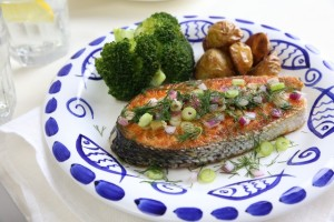 Salmon with wine, lemon, onion and dill
